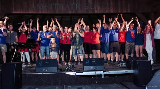 Bleskový festiválek na Solci 4. července 2021. Uprostřed moderátor Petr Kůsa, vlevo vedle něj Jitka Bartošová. Foto: Václav Fajta