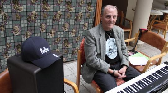 """""""Motivuje mě, že na mě lidé chodí a že je o mě ještě zájem. Hraju vážnou hudbu, pop, bigbít a samozřejmě hity Diskantu,"""" říká Jaroslav Špička. Foto: Petr Novák"""