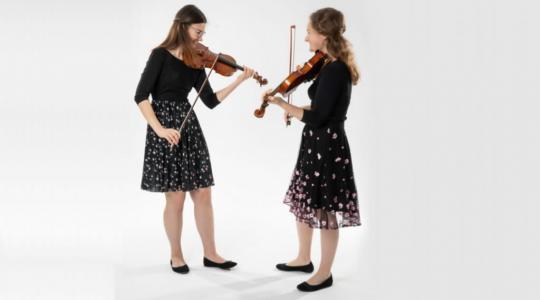 Mladé houslistky Michaela Kostková a Barbora Sulková (turnovská rodačka) představí svůj repertoár, který spočívá v netradiční volbě moderních autorů.
