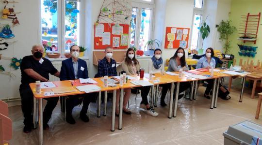 Kompletní volební komise 11. okrsku Mnichova Hradiště. Foto: Radek Žďánský